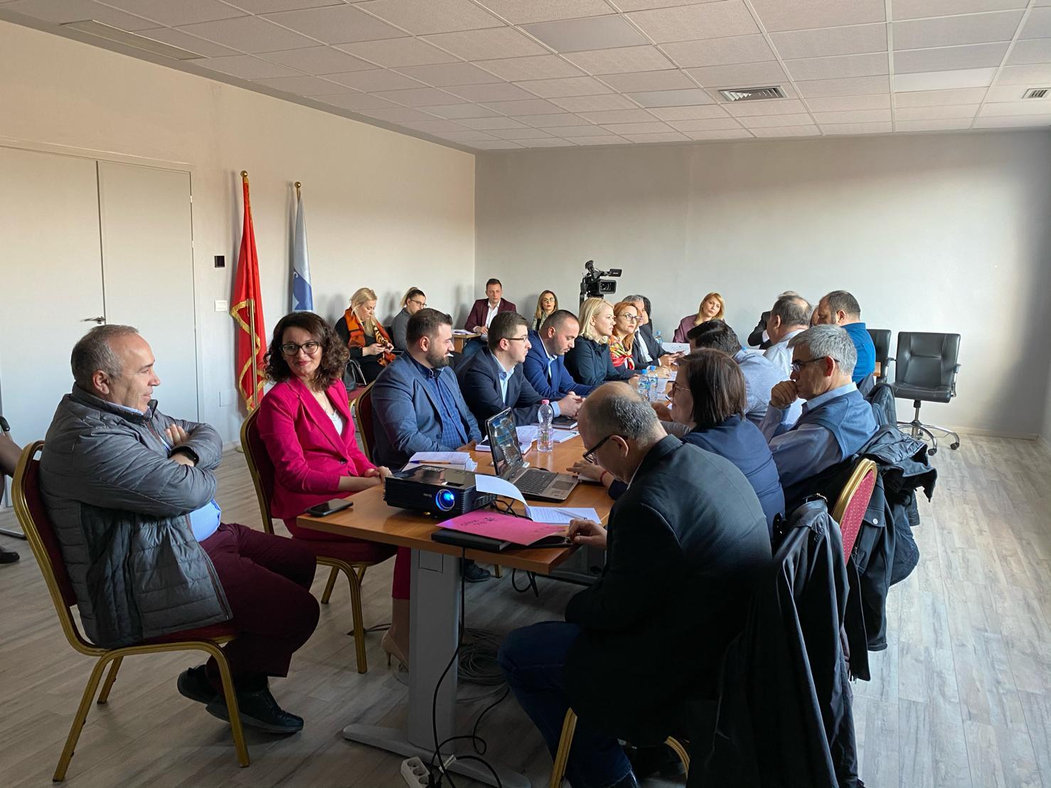 """""""Në Datën 19.02.2020 u zhvillua në ambientet e ERE-s seanca dëgjimore mes përfaqësuesve të Shoqata e Mbrojtjes së Konsumatorit, Zyra për Mbrojtjen e Konsumatorit, Shoqata e Invalidëve të Punës, Avokati i Popullit, MIE, Autoriteti i Konkurencës, FSHU dhe ERE për të diskutuar mbi proçesin e shqyrtimit të aplikimit të FSHU, për përcaktimin e çmimit të shitjes me pakicë për klientët që shërbehen nga Furnizuesi i Shërbimit Universal për vitin 2020"""