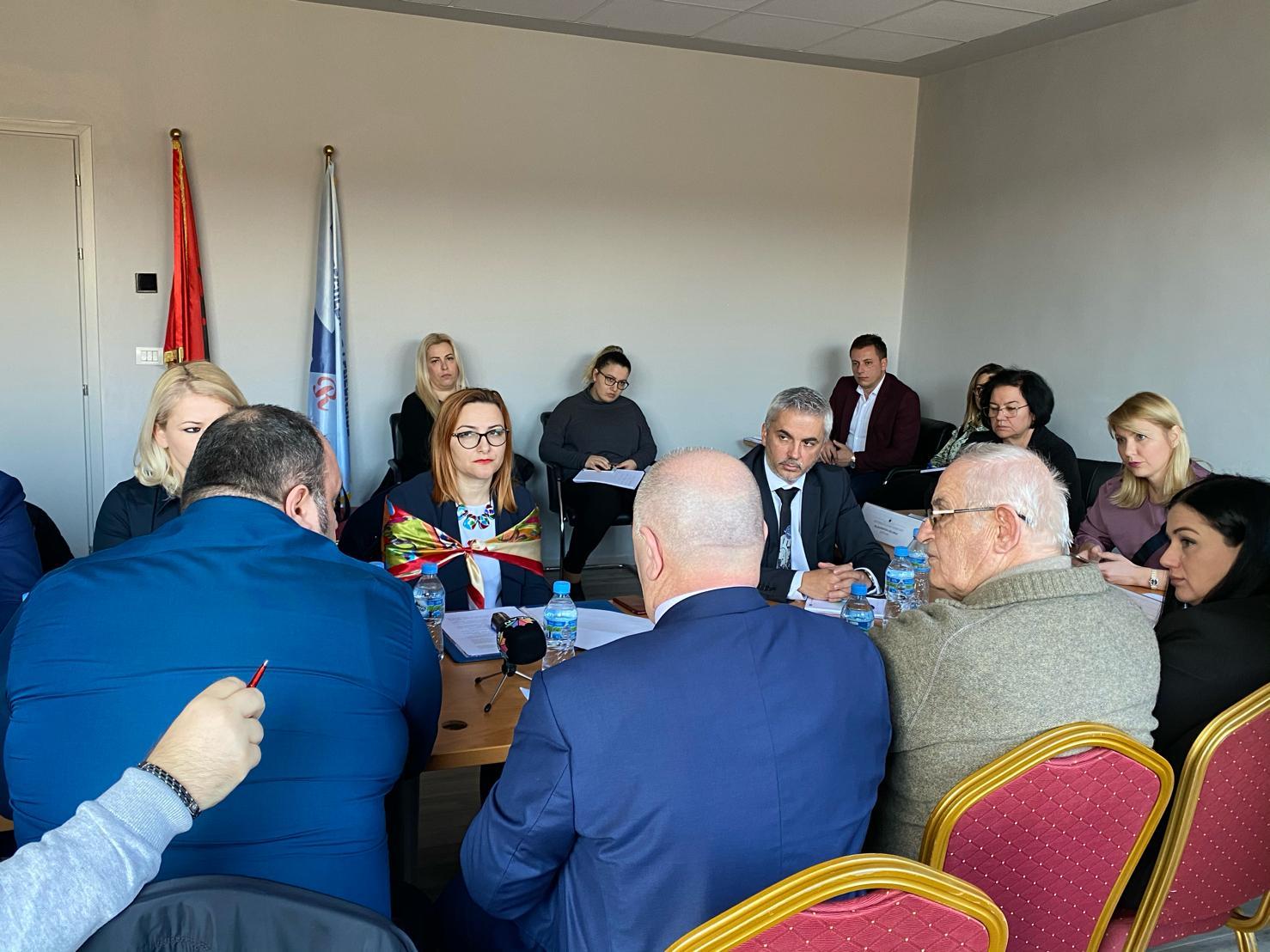 """""""Në Datën 19.02.2020 u zhvillua në ambientet e ERE-s seanca dëgjimore mes përfaqësuesve të Shoqata e Mbrojtjes së Konsumatorit, Zyra për Mbrojtjen e Konsumatorit, Shoqata e Invalidëve të Punës, Avokati i Popullit, MIE, Autoriteti i Konkurencës, FSHU dhe ERE për të diskutuar mbi proçesin e shqyrtimit të aplikimit të FSHU, për përcaktimin e çmimit të shitjes me pakicë për klientët që shërbehen nga Furnizuesi i Shërbimit Universal për vitin 2020"""""""